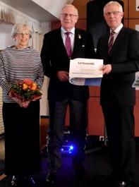 Goldene Ehrennadel des LSB beim Kreissporttag 2018 für Fritz Bokelmann (Mitte) durch den Vorstandsvorsitzenden Reinhard Rawe, links KSB-Vorsitzende Edith Hünecken.