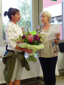 Ehrung im Jahre 2019 von Viviana Trentin (links) für 25 Jahre sportliche Arbeit beim Kreissportbund Osterholz durch die KSB-Vorsitzende Edith Hünecken.